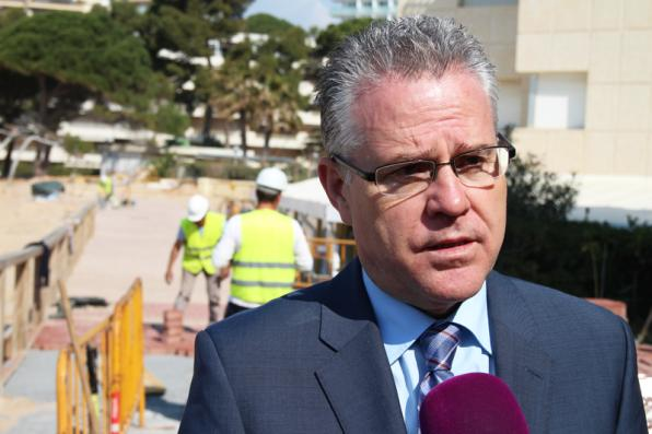 Mayor during the visit to Salou Beach Capellans